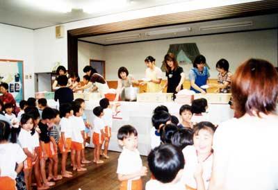 山口県私立幼稚園 PTA活動 お泊り保育の夕食を配膳